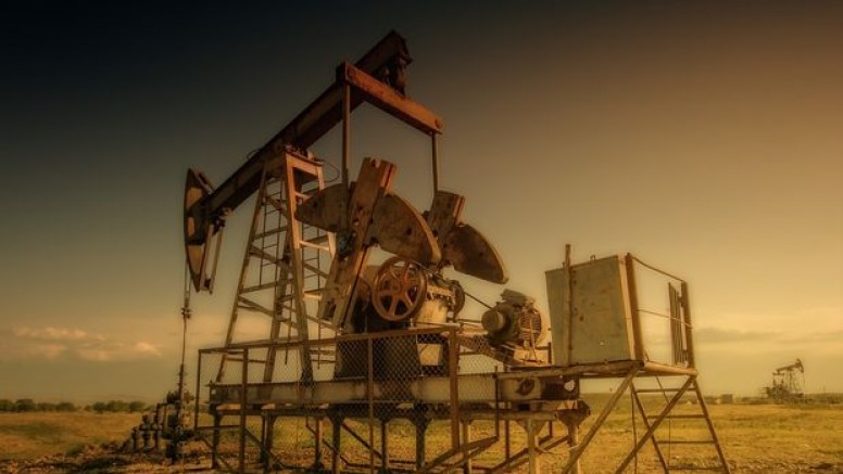 Petrol düşen benzin stoklarıyla yükseldi